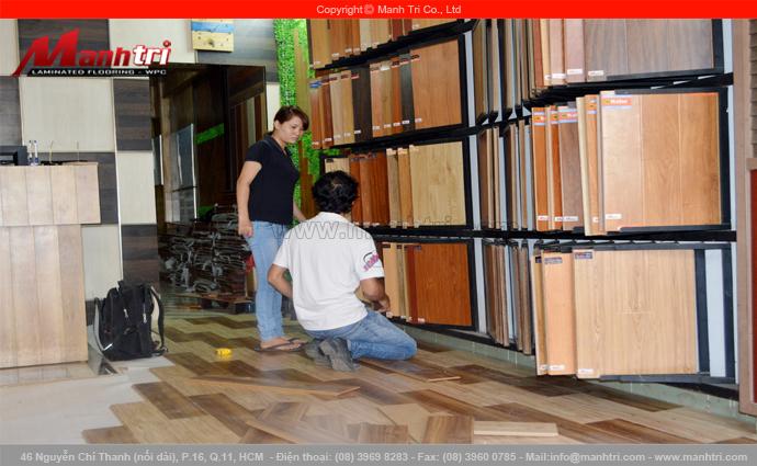 Hình ảnh khách hàng chọn lựa gỗ công nghiệp Đức