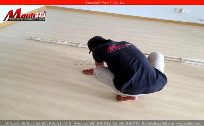 Hình ảnh nhân viên Mạnh Trí vệ sinh sàn gỗ công nghiệp