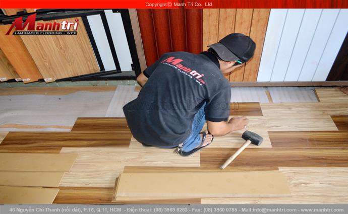 Hình ảnh lót sàn gỗ công nghiệp tại Showroom Mạnh Trí