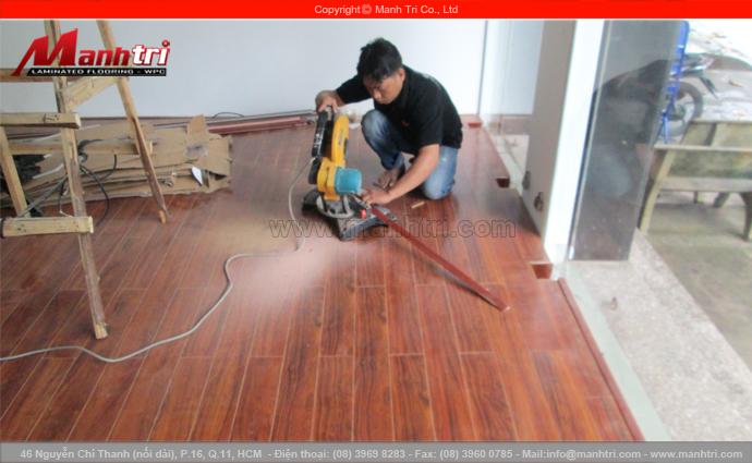 Hình ảnh gỗ công nghiệp lót sàn và lắp đặt nẹp