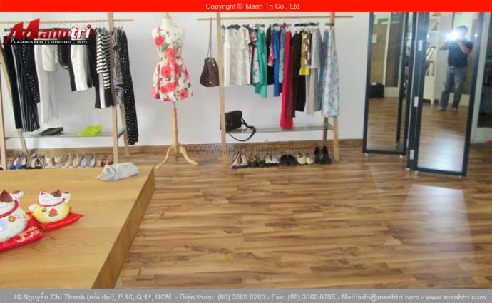 Hình ảnh phòng thời trang dùng gỗ công nghiệp lót sàn