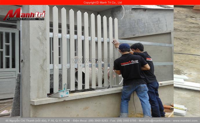 Hình ảnh nhân viên Mạnh Trí làm hàng rào từ thanh gỗ Conwood