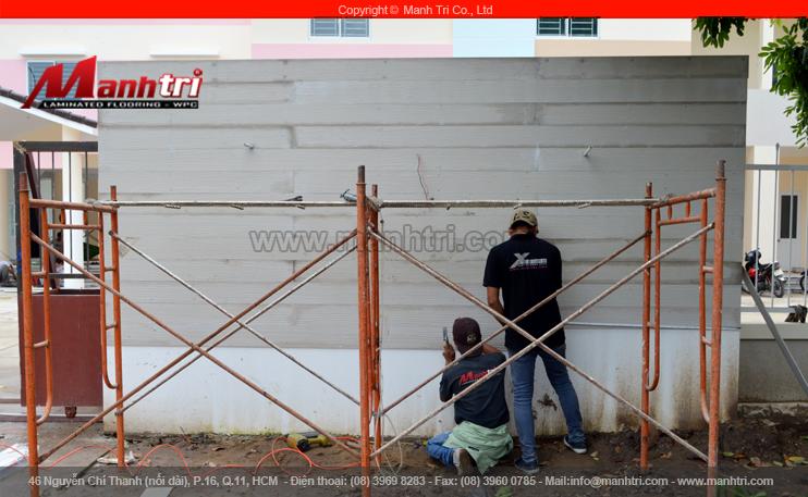 Hình ảnh nhân viên Mạnh Trí ốp tường gỗ Conwood ngoài trời