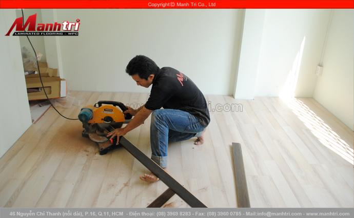 Hình ảnh cắt len chân tường sàn gỗ để lắp đặt tiếp cho hoàn thiện