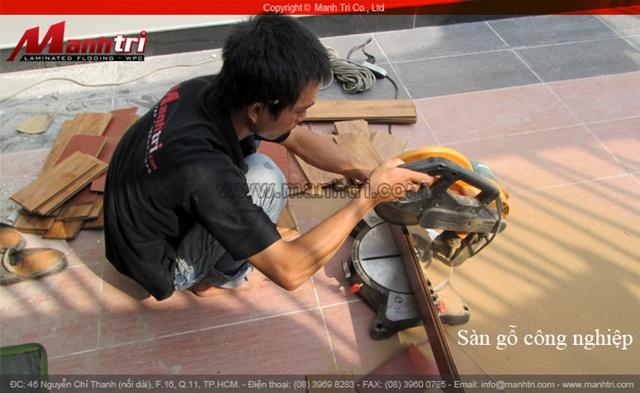 Hình ảnh nhân viên thi công Mạnh Trí thi công lắp đặt ván sàn gỗ công nghiệp Manhattan H803