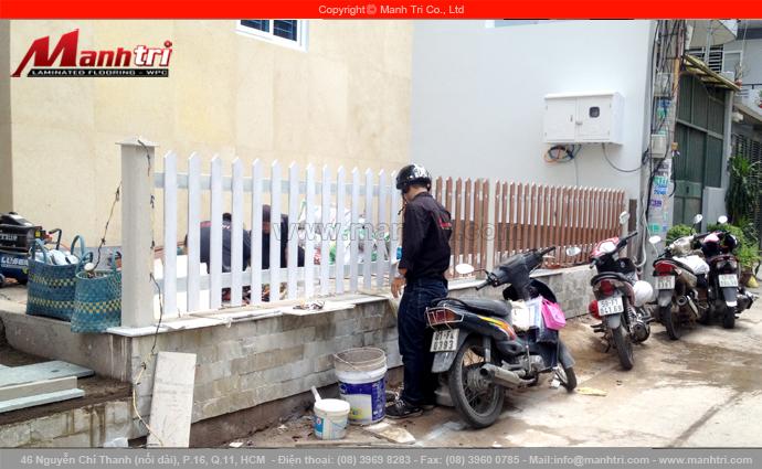 Hình ảnh nhân viên Mạnh Trí đang sơn phủ trên những thanh gỗ Conwood