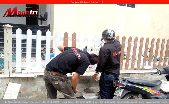 Hình ảnh nhân viên Mạnh Trí đang sơn hàng rào gỗ Conwood