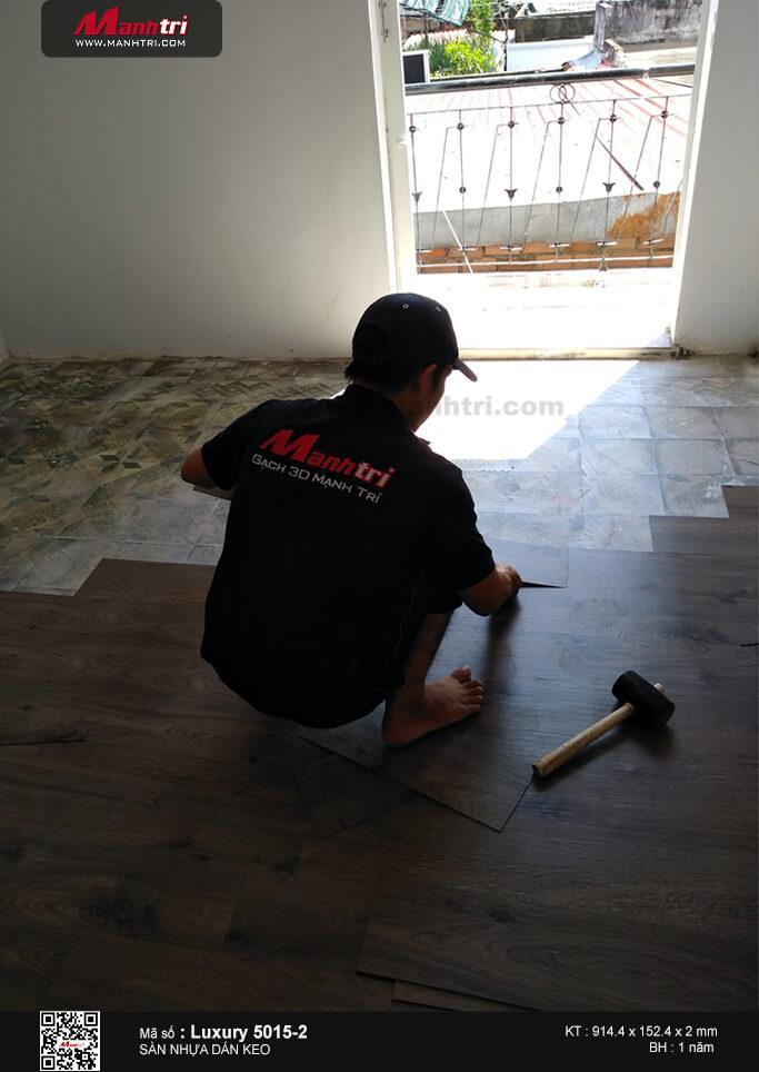 Thi công sàn nhựa dám keo Luxury 5015-2 tại 318C, Cách Mạng Tháng 8, Q3