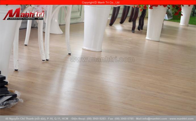 Lót sàn gỗ công nghiệp KingFloor dày 8mm tại Studio quận 4, TPHCM