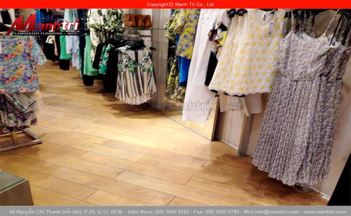 Gỗ kỹ thuật sồi trắng lót sàn tại showroom thời gian cao cấp Warehouse London, TTTM Bitexco quận 1, Tp.HCM